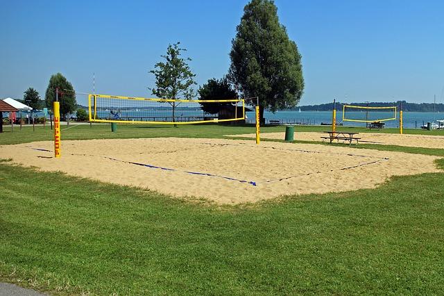 Deporte para niños en la playa voleibol